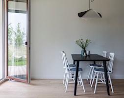 Apartament M&P - Średnia otwarta biała jadalnia w salonie, styl skandynawski - zdjęcie od Kraupe Studio - Homebook