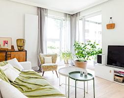 Apartament M&P - Średni biały salon z tarasem / balkonem, styl eklektyczny - zdjęcie od Kraupe Studio