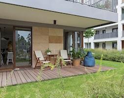 Apartament M&P - Mały taras z tyłu domu - zdjęcie od Kraupe Studio
