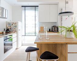 Apartament M&P - Duża otwarta biała kuchnia w kształcie litery l z wyspą z oknem, styl eklektyczny - zdjęcie od Kraupe Studio