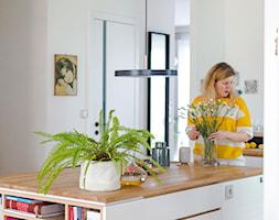 Apartament M&P - Duża otwarta biała kuchnia w kształcie litery l z wyspą, styl eklektyczny - zdjęcie od Kraupe Studio - Homebook