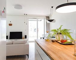 Apartament M&P - Średni biały salon z kuchnią z jadalnią z tarasem / balkonem, styl eklektyczny - zdjęcie od Kraupe Studio - Homebook