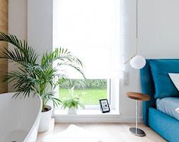 Apartament M&P - Mała biała sypialnia małżeńska z łazienką, styl eklektyczny - zdjęcie od Kraupe Studio - Homebook