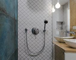 Apartament M&P - Mała niebieska szara łazienka w bloku w domu jednorodzinnym z oknem, styl nowoczes ... - zdjęcie od Kraupe Studio - Homebook