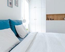 Apartament M&P - Mała szara sypialnia małżeńska, styl eklektyczny - zdjęcie od Kraupe Studio - Homebook