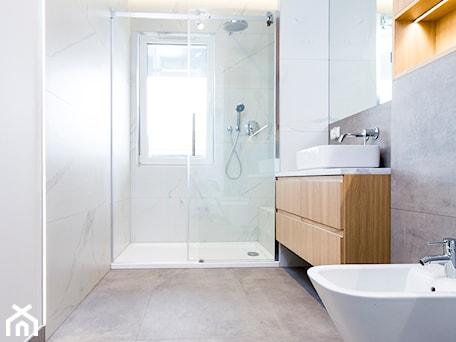 Aranżacje wnętrz - Łazienka: Łazienka i toaleta P&O - Łazienka, styl nowoczesny - Kraupe Studio. Przeglądaj, dodawaj i zapisuj najlepsze zdjęcia, pomysły i inspiracje designerskie. W bazie mamy już prawie milion fotografii!