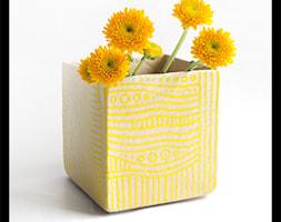 Wazonik lub osłonka 9cm - żółte paski - zdjęcie od hypnotic - Homebook