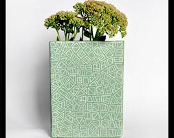 Pistacjowy wazon z geometrycznym wzorem - zdjęcie od hypnotic - Homebook