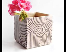 Wazonik lub osłonka 9cm - fioletowe paski - zdjęcie od hypnotic - Homebook