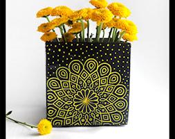 Wazon lub osłonka 14cm - żółta mandala na czarnym tle - zdjęcie od hypnotic - Homebook
