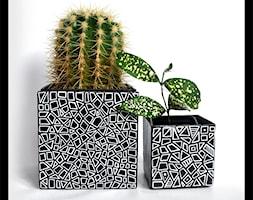 Czarne osłonki z białym geometrycznym wzorem - zdjęcie od hypnotic - Homebook