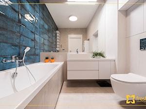 Mieszkanie 90m2 w Krakowie - Mała niebieska szara łazienka w bloku w domu jednorodzinnym bez okna, styl nowoczesny - zdjęcie od freshR - pracownia projektowa