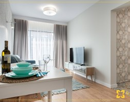Mieszkanie 35m2 Kraków - Mały szary salon z jadalnią z tarasem / balkonem, styl nowoczesny - zdjęcie od freshR - pracownia projektowa