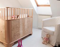 Gdynia Miła - Mały biały pokój dziecka dla chłopca dla dziewczynki dla niemowlaka dla malucha, styl skandynawski - zdjęcie od Studio LOKO