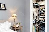 szara ściana w sypialni, metalowe wieszaki w garderobie, garderoba w sypialni
