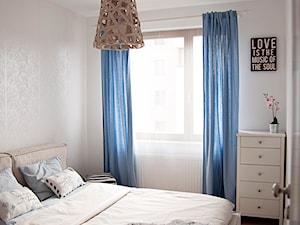 Gdańsk Garnizon - Mała beżowa sypialnia małżeńska, styl skandynawski - zdjęcie od Studio LOKO
