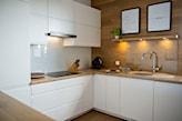 kuchnia w stylu skandynawskim, białe meble kuchenne z drewnianym blatem, okrągły zlewozmywak