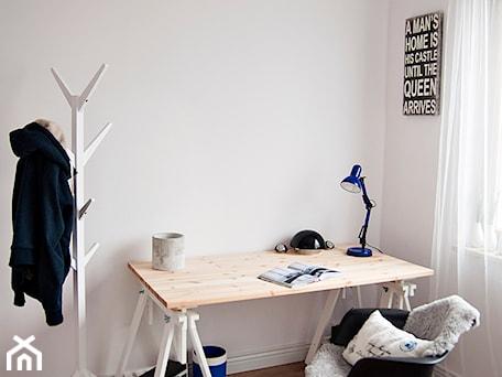 Aranżacje wnętrz - Biuro: Gdańsk Garnizon - Średnie białe biuro kącik do pracy w pokoju, styl skandynawski - Studio LOKO. Przeglądaj, dodawaj i zapisuj najlepsze zdjęcia, pomysły i inspiracje designerskie. W bazie mamy już prawie milion fotografii!
