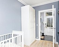 Mieszkanie w Kamienicy - Średni pastelowy niebieski pokój dziecka dla chłopca dla niemowlaka, styl skandynawski - zdjęcie od Studio LOKO