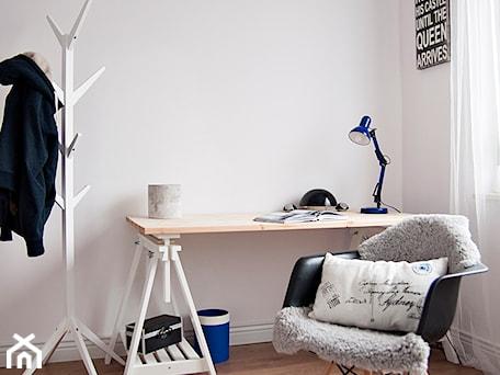Aranżacje wnętrz - Biuro: Gdańsk Garnizon - Średnie białe biuro domowe kącik do pracy w pokoju, styl skandynawski - Studio LOKO. Przeglądaj, dodawaj i zapisuj najlepsze zdjęcia, pomysły i inspiracje designerskie. W bazie mamy już prawie milion fotografii!
