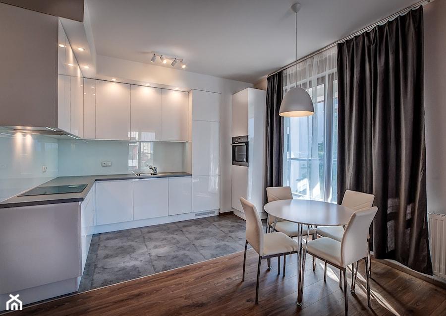 Nowoczesna biała kuchnia z jadalnią  zdjęcie od MG Invest   -> Kuchnia Jadalnia Nowoczesna