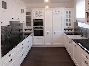 Klasyczna Elegancja - Średnia zamknięta szara kuchnia w kształcie litery u z oknem, styl klasyczny - zdjęcie od Pracownia Architektury Wnętrz Hanny Hildebrandt