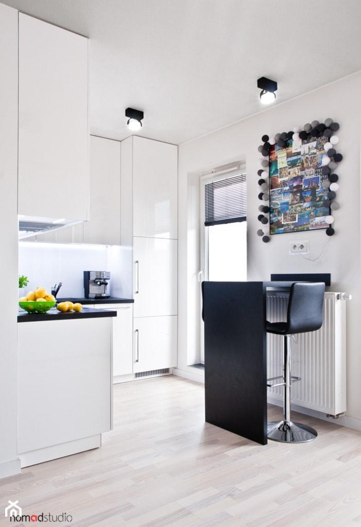 czarno - biała kawalerka - Mała otwarta biała jadalnia w kuchni, styl minimalistyczny - zdjęcie od nomad studio - Homebook