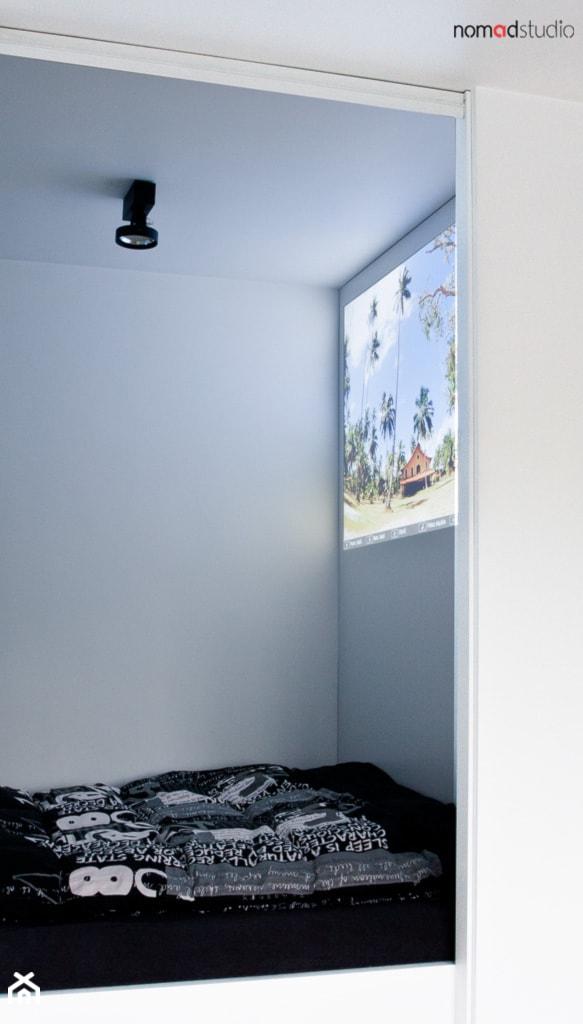 czarno - biała kawalerka - Sypialnia, styl minimalistyczny - zdjęcie od nomad studio - Homebook