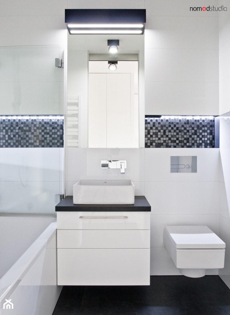 czarno - biała kawalerka - Mała biała czarna łazienka w bloku w domu jednorodzinnym bez okna, styl minimalistyczny - zdjęcie od nomad studio - Homebook