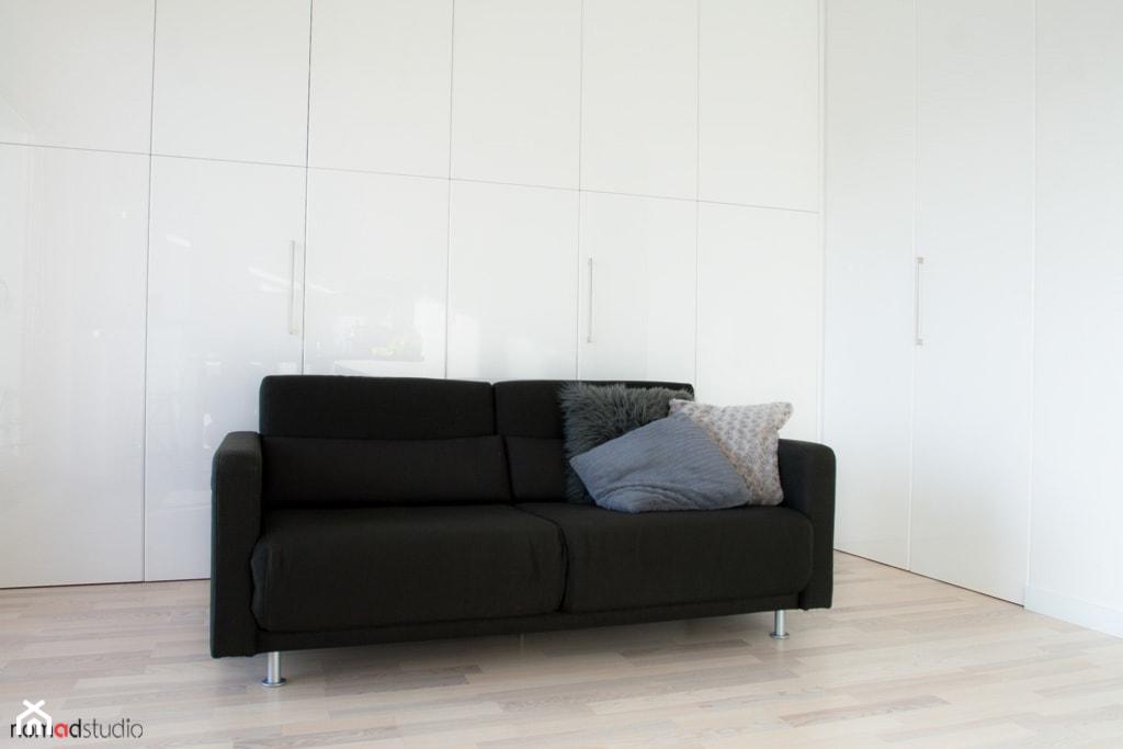 czarno - biała kawalerka - Salon, styl minimalistyczny - zdjęcie od nomad studio - Homebook