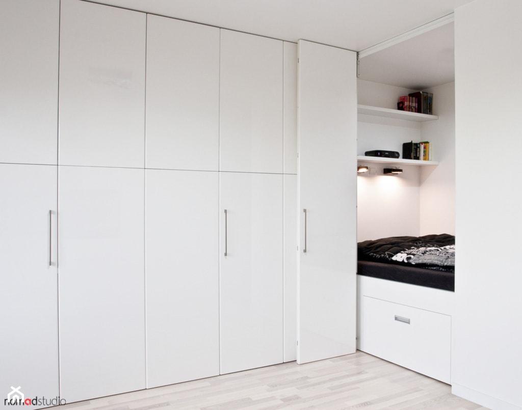 czarno - biała kawalerka - Mała biała sypialnia, styl minimalistyczny - zdjęcie od nomad studio - Homebook