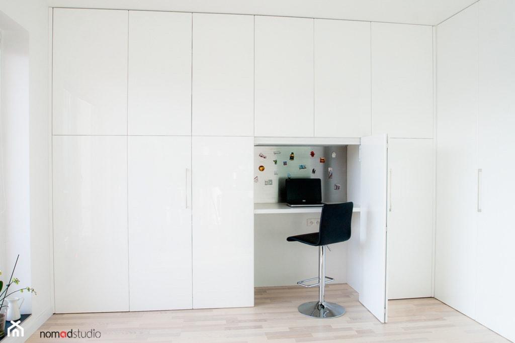czarno - biała kawalerka - Mały biały salon, styl minimalistyczny - zdjęcie od nomad studio - Homebook