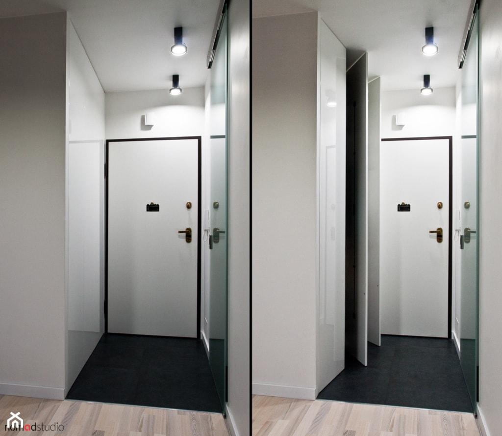 czarno - biała kawalerka - Garderoba, styl minimalistyczny - zdjęcie od nomad studio - Homebook