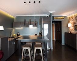 Apartament z widokiem na Wawel - Mała otwarta czarna szara jadalnia w kuchni, styl industrialny - zdjęcie od AgiDesign