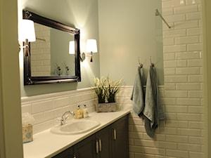 Apartament Novum - Mała biała miętowa łazienka w bloku bez okna, styl klasyczny - zdjęcie od AgiDesign