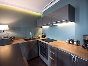 Apartament z widokiem na Wawel - Mała otwarta zamknięta wąska szara niebieska kuchnia w kształcie litery l w kształcie litery u w aneksie z wyspą, styl nowoczesny - zdjęcie od AgiDesign