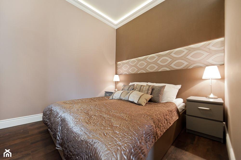 Apartament Novum - Mała beżowa sypialnia małżeńska, styl klasyczny - zdjęcie od AgiDesign - Homebook