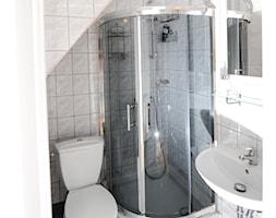 Home staging domu w centrum Krakowa - Mała beżowa łazienka - zdjęcie od AgiDesign