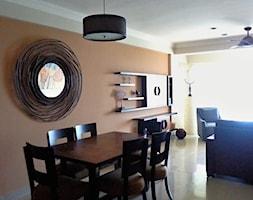 Apartament pary Kanadyjczyków w Meksyku - Średnia otwarta biała pomarańczowa jadalnia w salonie, styl kolonialny - zdjęcie od Projektowaniemsdekor