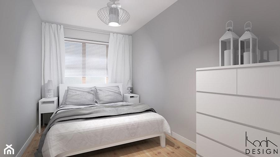 Projekt aranżacji mieszkania 3-pokojowego w Szczecinie - Średnia biała szara sypialnia małżeńska, styl skandynawski - zdjęcie od KODA DESIGN studio projektowe Dawid Kotuła