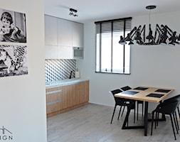 Mieszkanie dla wielbiciela Salvadora Dali - Średnia otwarta biała jadalnia w kuchni, styl industrialny - zdjęcie od KODA DESIGN studio projektowe Dawid Kotuła