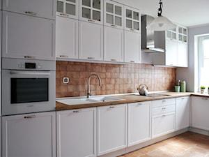 Kuchnia prowansalska - Średnia zamknięta biała kuchnia w kształcie litery l z oknem, styl prowansalski - zdjęcie od FORMA-MEBLE.PL
