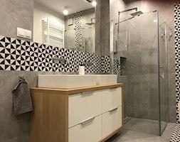 Metamorfoza mieszkania - od stanu deweloperskiego pod klucz - Średnia szara łazienka na poddaszu w bloku w domu jednorodzinnym bez okna, styl skandynawski - zdjęcie od Architektownia