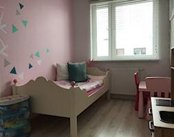 Metamorfoza mieszkania - od stanu deweloperskiego pod klucz - Mały szary różowy pokój dziecka dla dziewczynki dla ucznia dla malucha, styl nowoczesny - zdjęcie od Architektownia