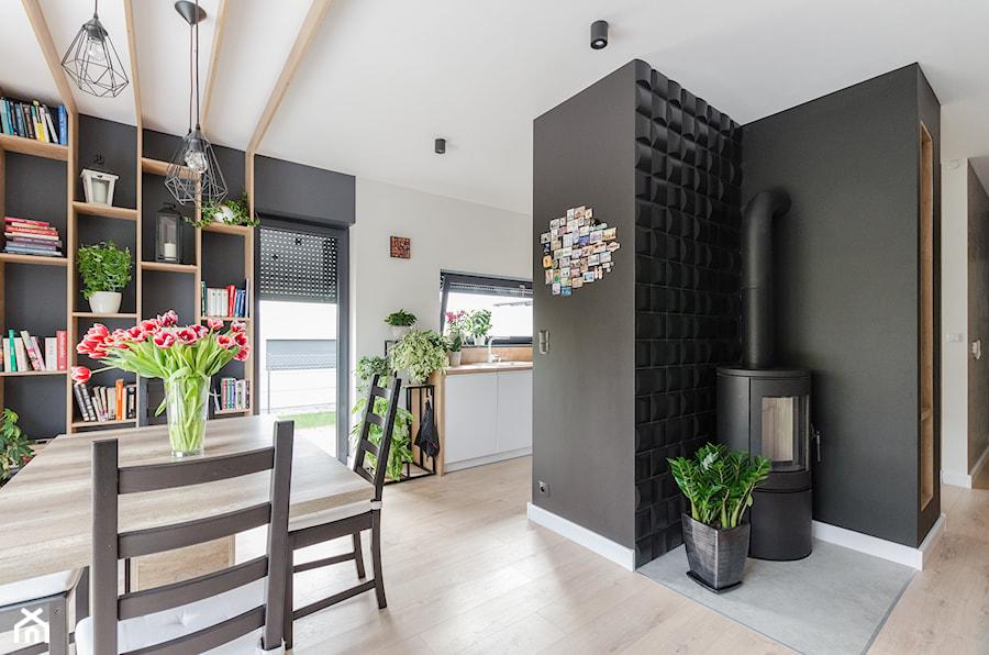 Projekt domu w okolicach Poznania ok. 120 m2 - Mały biały czarny salon z kuchnią z jadalnią, styl nowoczesny - zdjęcie od Architektownia