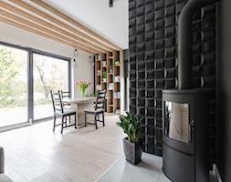 Projekt domu w okolicach Poznania ok. 120 m2 - Mały biały czarny salon z jadalnią, styl nowoczesny - zdjęcie od Architektownia