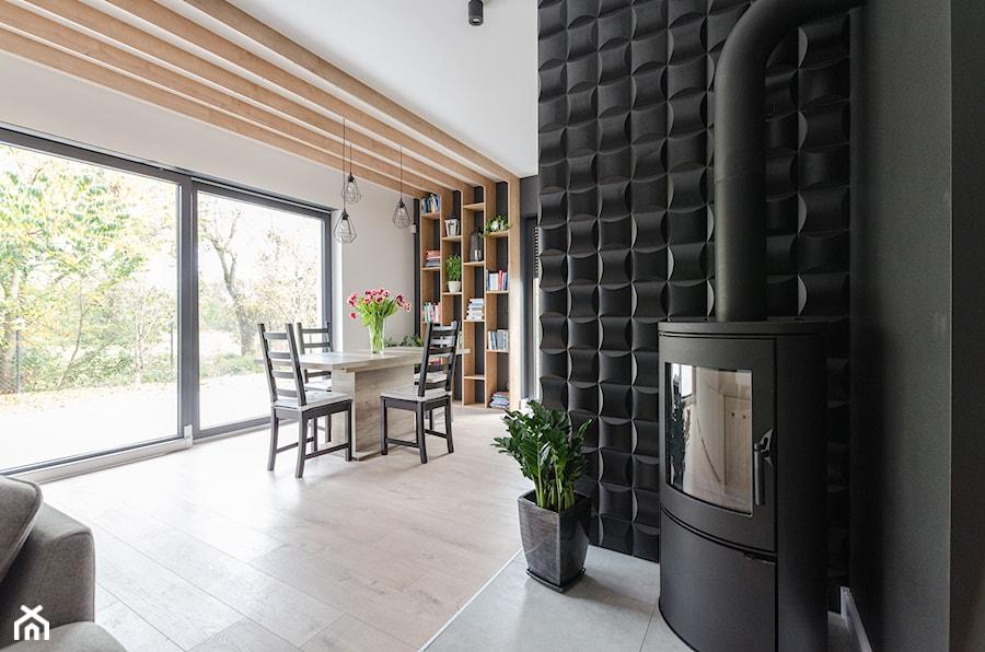 Aranżacje wnętrz - Salon: Projekt domu w okolicach Poznania ok. 120 m2 - Mały biały czarny salon z jadalnią, styl nowoczesny - Architektownia. Przeglądaj, dodawaj i zapisuj najlepsze zdjęcia, pomysły i inspiracje designerskie. W bazie mamy już prawie milion fotografii!