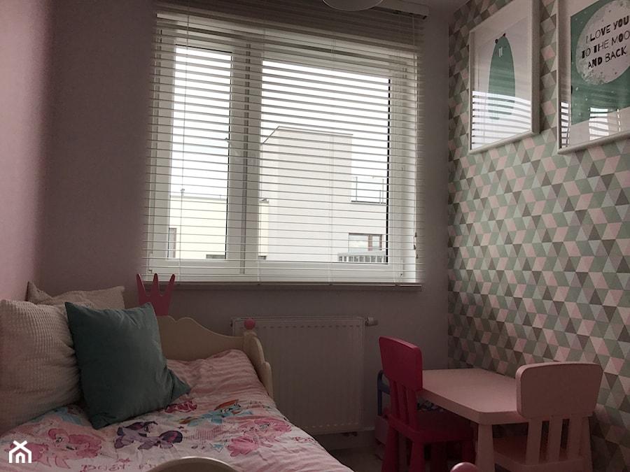 Metamorfoza mieszkania - od stanu deweloperskiego pod klucz - Mały różowy kolorowy pokój dziecka dla dziewczynki dla ucznia dla malucha, styl nowoczesny - zdjęcie od Architektownia