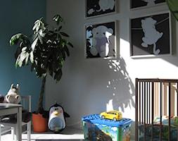 Dla królewicza II - Średni biały niebieski pokój dziecka dla chłopca dla malucha, styl nowoczesny - zdjęcie od ArtEfekt