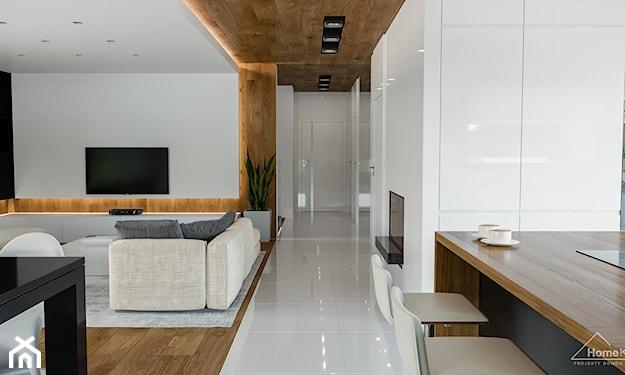 nowoczesny dom z białą podłogą